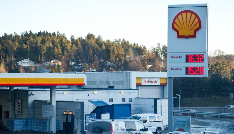 HØY DRIVSTOFFPRIS: Ved nyttår økte avgiften på diesel- og bensin, det førte til dyrere drivstoff i Norge. Likevel varierer literprisen med flere kroner bare på én uke. Dette bildet er tatt ved en tidligere anledning. Illustrasjonsfoto: Scanpix