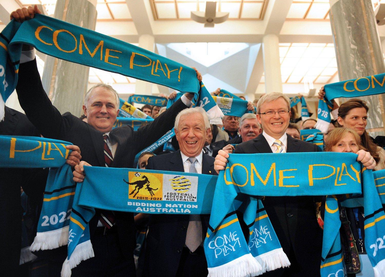 VM-SØKNAD: Daværende opposisjonsleder, og nåværende statsminister, Malcolm Turnbull (venstre), Frank Lowy, daværende statsminister, Kevin Rudd (høyre) holder opp skjerf med reklame for Australias VM-søknaden.