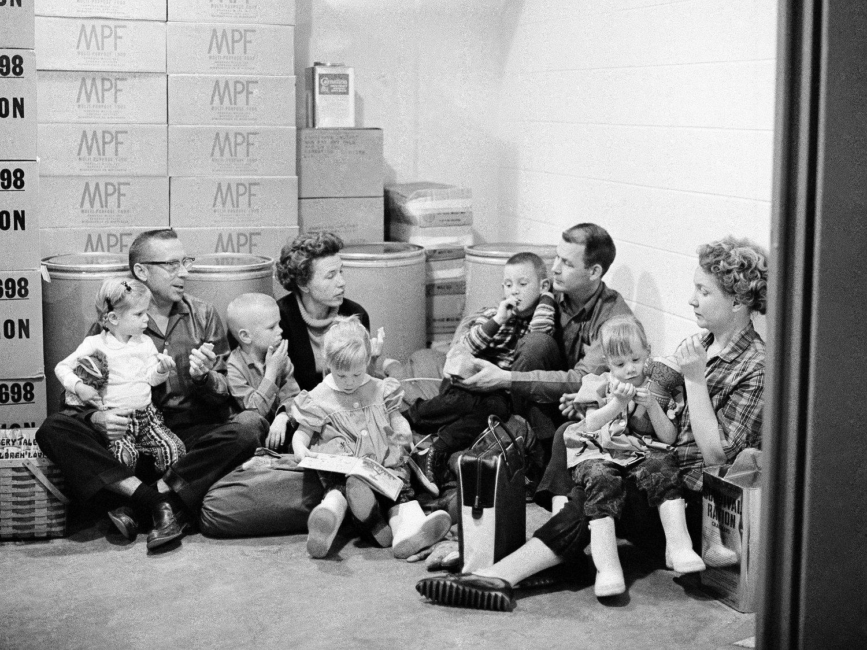 Dette arkivbildet fra tidlig 1960-tallet viser en amerikansk familie som demonstrerer hvordan de søker tilflukt i en atombunker ved et eventuelt atomangrep. Leon Panetta, som var Barack Obamas forsvarsminister, uttalte nylig at verden ikke har vært så nær en atomkrig siden Cuba-krisen.