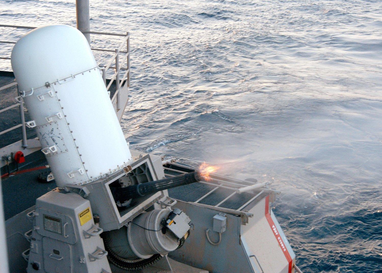 Dette bildet er hentet fra en demonstrasjon av våpensystemet Phalanx Close-in Weapons Systems om bord på krigsskipet USS John F. Kennedy. Systemet kan automatisk oppdage, forfølge og åpne ild mot luftfartøy og skip som angriper.