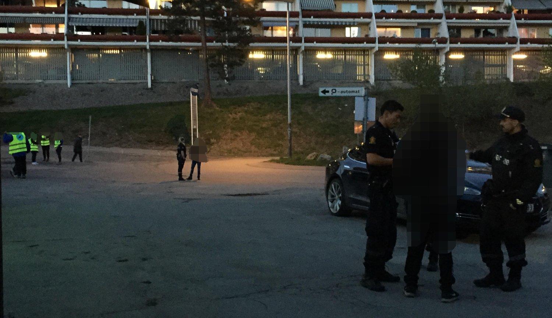 To ungdommer ble anholdt av politiet på Vestli i Oslo øst etter at de hadde truet natteravner med at de skulle skytes. Ungdommene er 13 og 14 år og ble både ransaket og registrert på stedet. Natteravnene som ble truet er til venstre i bildet, men er sladdet av sikkerhetshensyn.