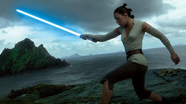 Rey under trening av Luke Skywalker i filmen The Last Jedi.