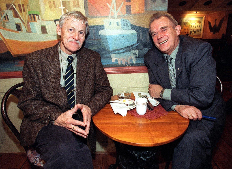 Dagfinn Bakke er død, 85 år gammel. Her avbildet i 1998 sammen med Arthur Arntzen (t.h.). Arkivfoto: Lise Åserud / NTB scanpix