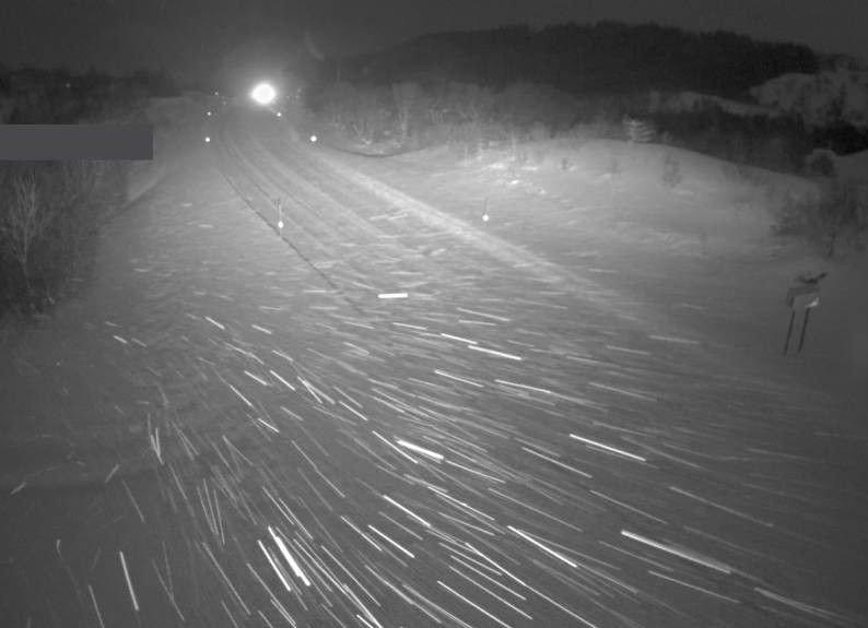 Fylkesvei 851 ved Hagskaret i Lofoten fredag morgen.Det meldes om svært utfordrende kjøreforhold i og omkring Lofoten.