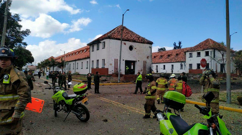 Helsepersonell ved politihøyskolen i Bogota som torsdag ble rammet av et bombeangrep. Foto: AP / NTB scanpix