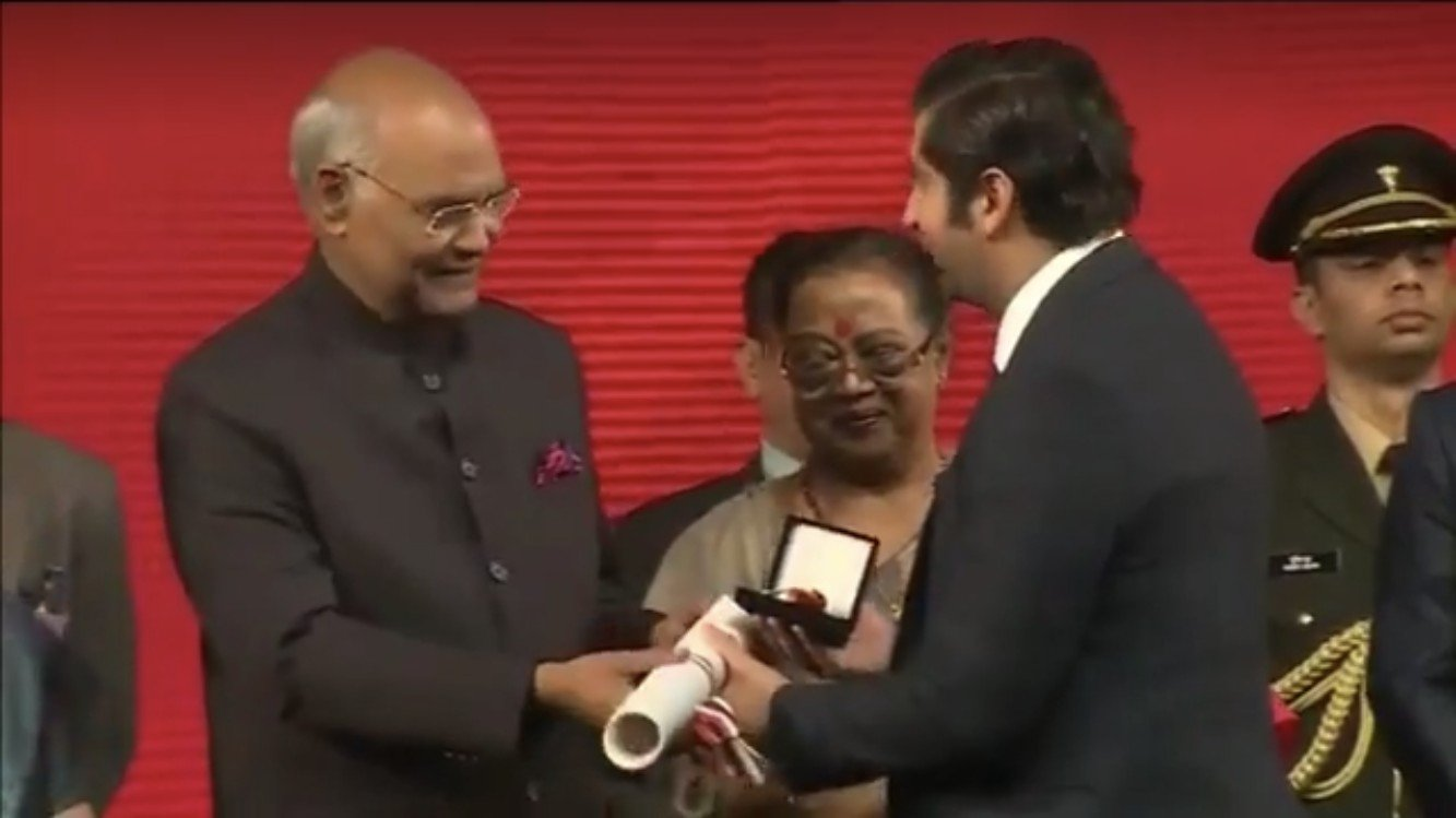 Indias president Ram Nath Kovind overrekker prisen til Himanshu Gulati.