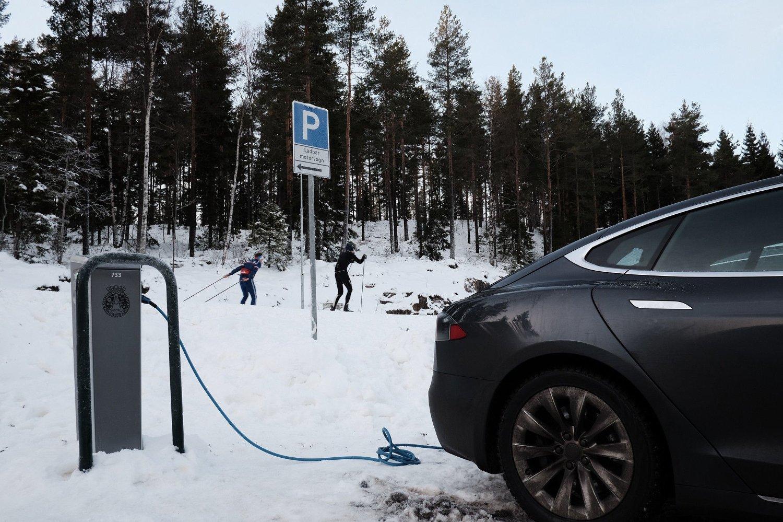 FLERE ELBILER: Politikerne diskuterer hvem som har æren for at Oslo-lufta er blitt renere. En faktorene det pekes på er at flere kjører kollektivt eller har kjøpt elbil.