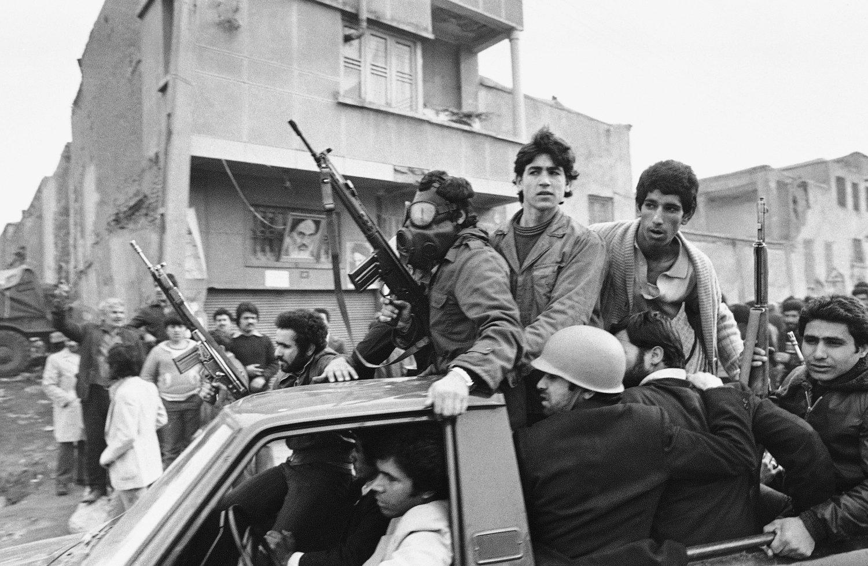 Maskerte opprørere nær Khomeinis hovedkvarter i 1979 (AP Photo/Campion, File)