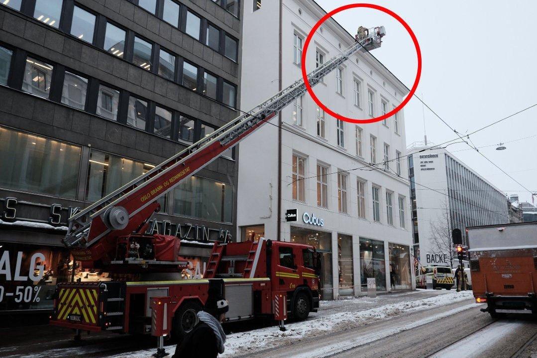 MÅTTE TA GREP: Politi og brannvesen måtte denne uken rykke ut til Grensen i Oslo, der fortau ble sperret av og istapper fjernet fra en av bygårdene.