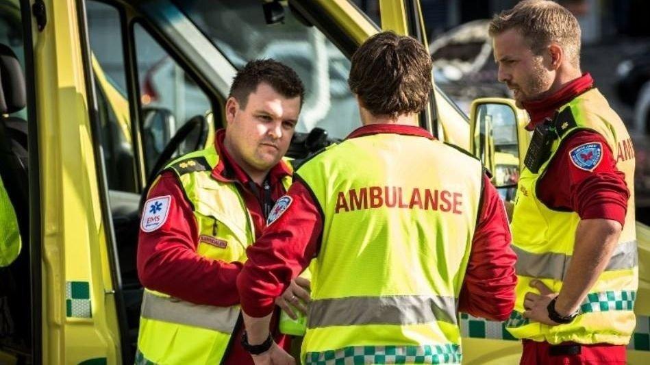 HAR IVERKSATT TILTAK: Marius Bjørndalen (t.v.) og andre ambulansearbeidere i Østfold opplever stadig oftere at de blir filmet og tatt bilder av på jobb.
