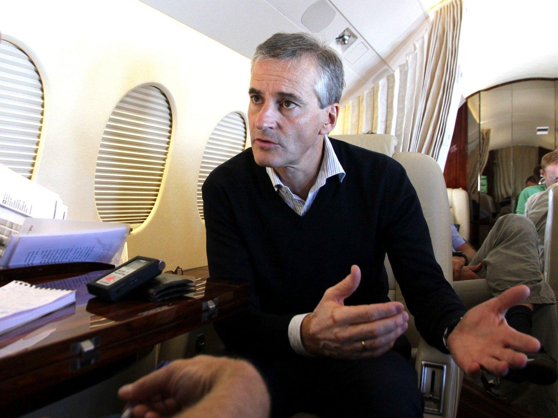 Utenriksminister Støre blir intervjuet av Morgenbladets journalist Tor Øystein Vaaland på vei hjem fra Midtøsten i september 2012.