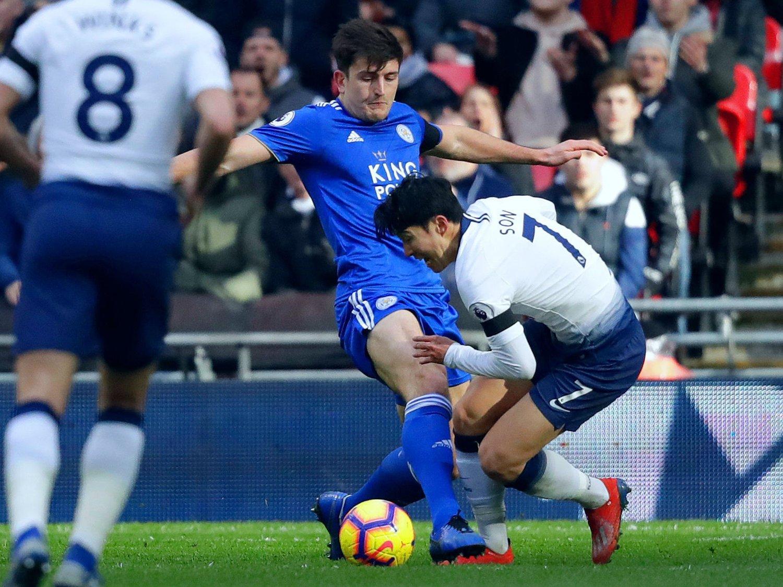 OMSTRIDT TEMA: Son Heung-min stupte i gresset inne i gjestenes felt etter å ha blitt truffet av Leicester-stopper Harry Maguire. Det førte til reaksjoner av mange forskjellige slag.