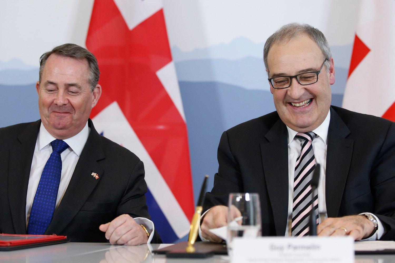 Sveits' økonomiminister Guy Parmelin og Storbritannias handelsminister Liam Fox i Bern mandag, der de undertegnet en handelsavtale som sikrer handelsforbindelsene mellom landene selv om Storbritannia skulle forlate EU uten en avtale. Foto: Peter Klaunzer / AP / NTB scanpix