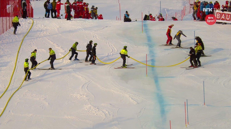 VANNET LØYPA: Arrangørene valgte å vanne og salte løypa for slalåmdelen.