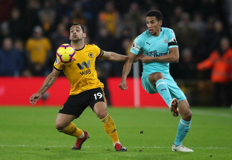 Isaac Hayden (t.h.) ga Newcastle ledelsen, men gjestene måtte til slutt ta til takke med 1-1 borte mot Wolverhampton mandag. Foto: Nick Potts / PA / AP / NTB scanpix