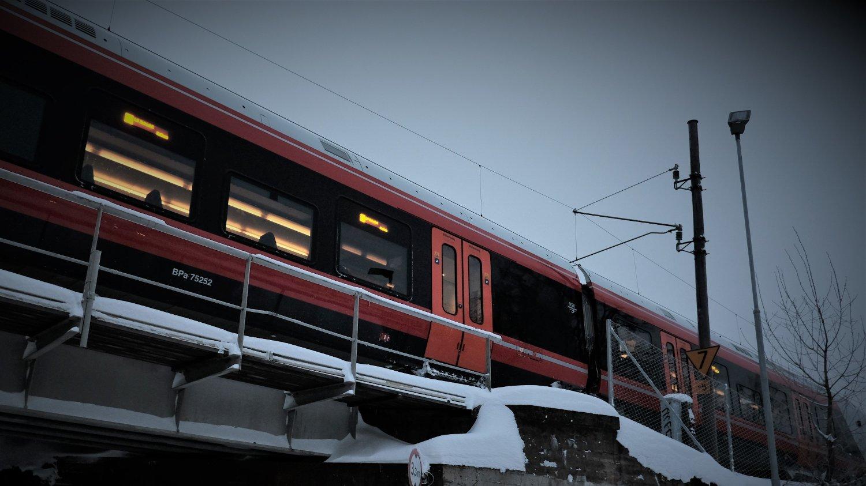 Det var færre spor i bruk ut fra Oslo S tirsdag ettermiddag på grunn av et tog som sperret sporet. Illustrasjonsbilde.