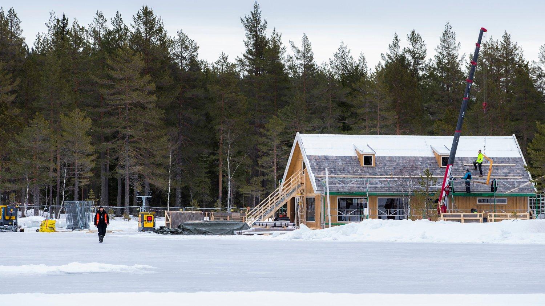 NY BOND-FILM: Ved Langvann i Nordmarka, på grensen mellom Oslo og Nittedal, oppføres det et hus som trolig skal benyttes i innspilling av en James Bond-film.