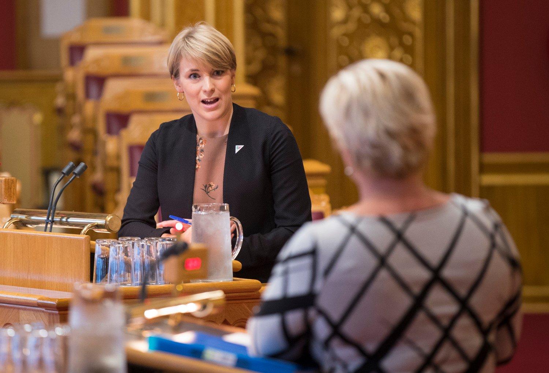 ROSER SIV: Kari Elisabeth Kaski (SV), her i spørretimen i Stortinget med finansminister Siv Jensen, jubler for Finansdepartementets beslutning om å stanse oljefondets investeringer i selskaper som driver med leting og produksjon av olje og gass.