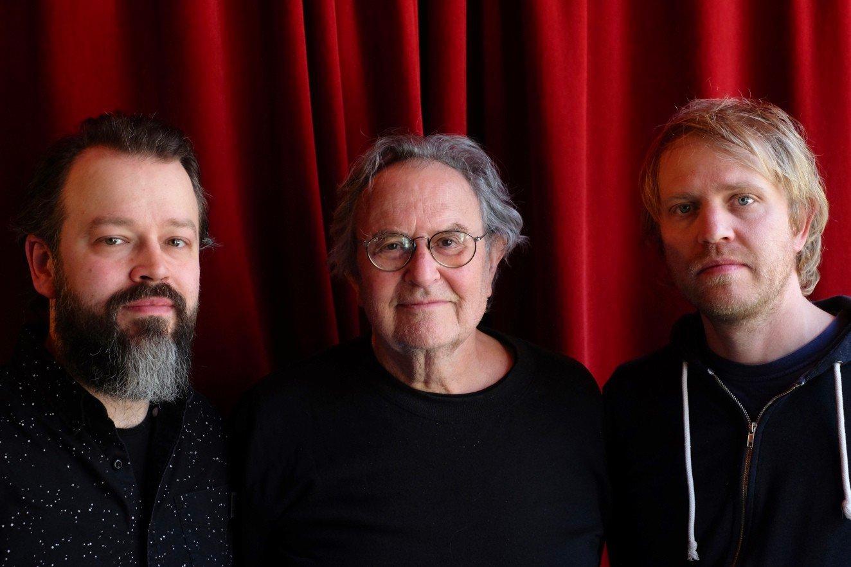 Georg Riedel omkransa av Adam Forkelid og Jon Fält. Foto: Fredrik Ljungkvist