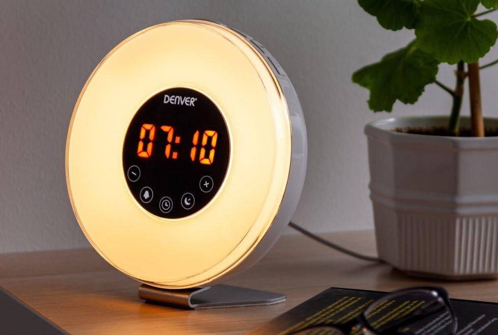 Vekkerklokken med lys kan også brukes som stemningsbelysning, siden den veksler mellom flere farger som gir rommet et koselig lys.