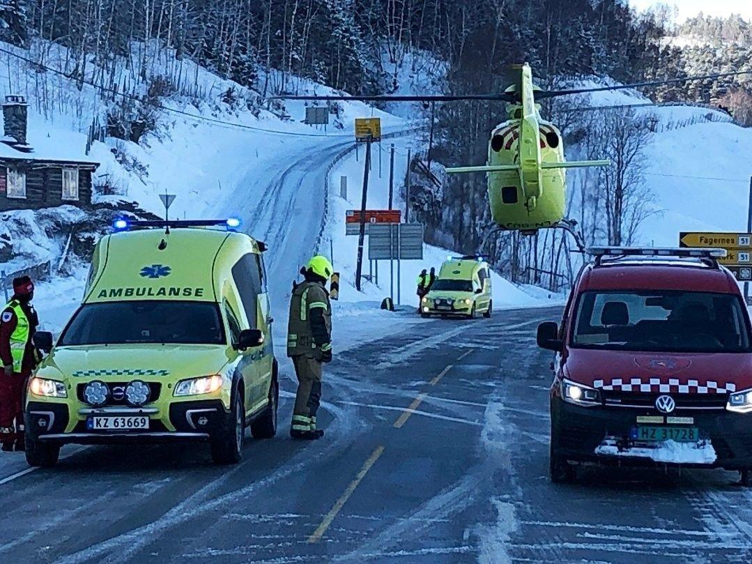 En person er kritisk skadet og ble fløyet til Lillehammer sykehus i luftambulanse etter frontkollisjonen på rv 15 i Vågå.