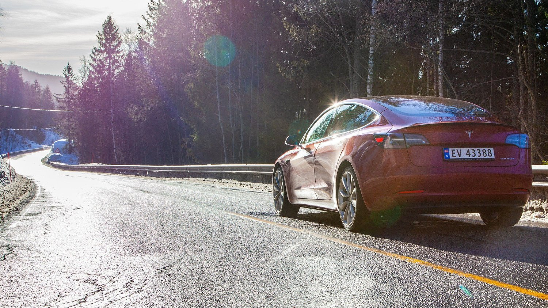 Det var lenge å vente fra lansering til de første Tesla Model 3 begynte å rulle ut på norske veier. Men nå registreres bilene i et tempo som ser ut til å bli rekord.