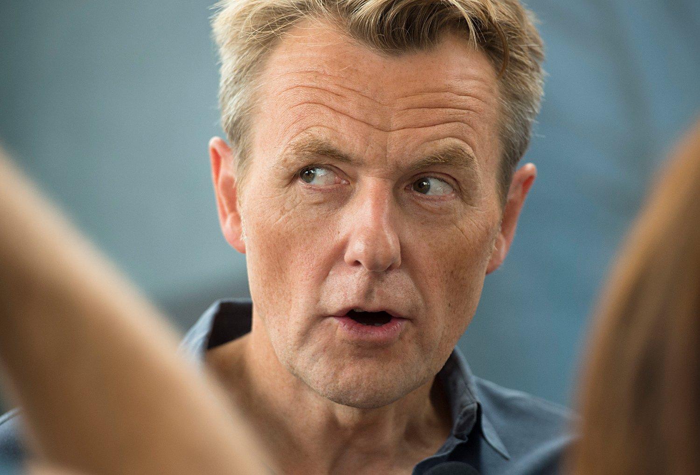 HARD KRITIKK: De siste dagene har Fredrik Skavlan mottatt hard kritikk fra flere kjente, svenske profiler for måten han intervjuer kvinner på. Nå slår TV 2 hardt tilbake.