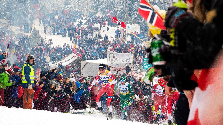 FOLKEHAV: Johannes Høsflot Klæbo går gjennom folkehavet ved Frognerseteren under femmila i Holmenkollen.