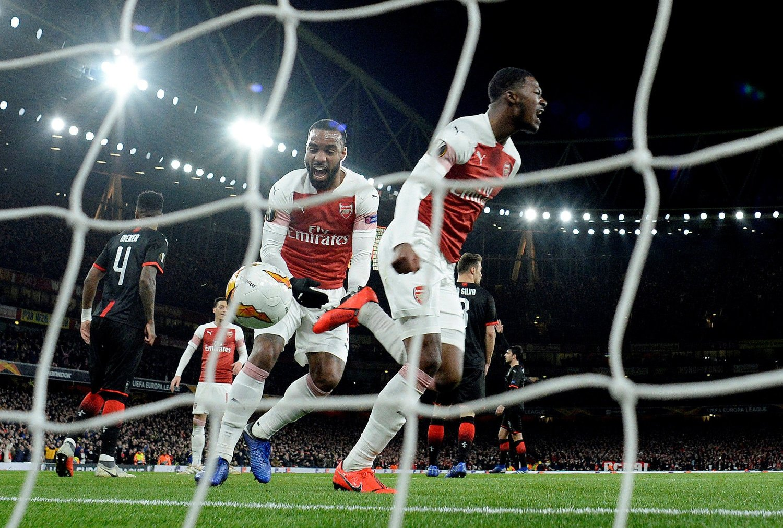 HELDIG: Målscorer Ainsley Maitland-Niles og Alexandre Lacazette jublet for et viktig og kontroversielt mål Arsenal fikk beholde mot Rennes.