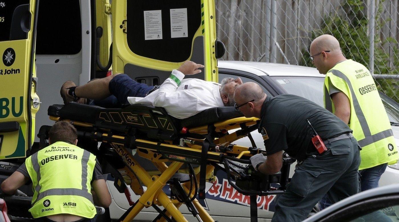 Ambulansepersonell tar hånd om en mann utenfor en moské i sentrale Christchurch, New Zealand, fredag 15. mars 2019.
