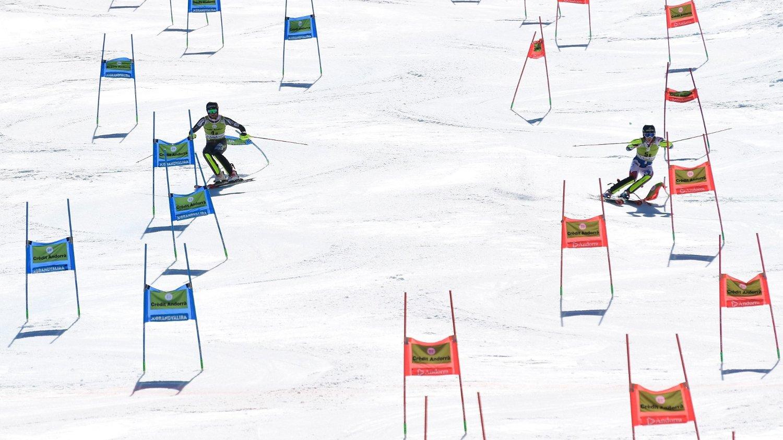 Leif Kristian Nestvold-Haugen (til v.) på vei mot seier over Ramon Zenhäusern i finalen i lagkonkurransen under verdenscupfinalen i alpint. Sveits vant finalen på tid etter 2-2 i duellene.