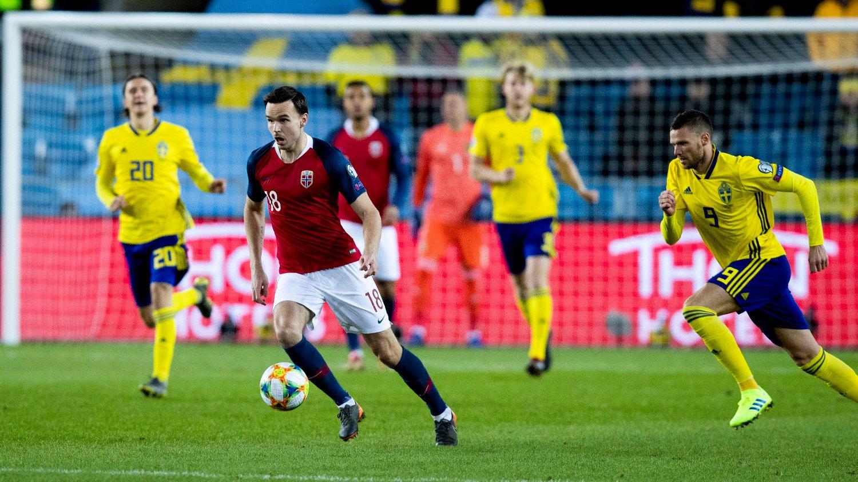 DUELL: Ole Selnæs og Marcus Berg under EM-kvalifiseringskampen mellom Norge og Sverige.