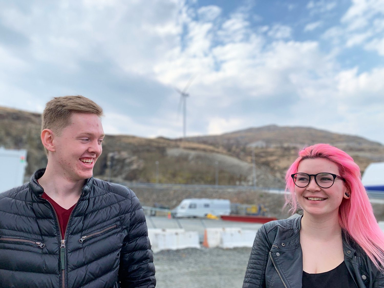 - Det var kult at Jonas Gahr Støre trakk fram havvind som en del av framtidens næringer, sier Philip Domert Gulliksen (20). Her sammen med Irma Denic (19) ved Skurvenuten vindkraftverk i Rogaland.