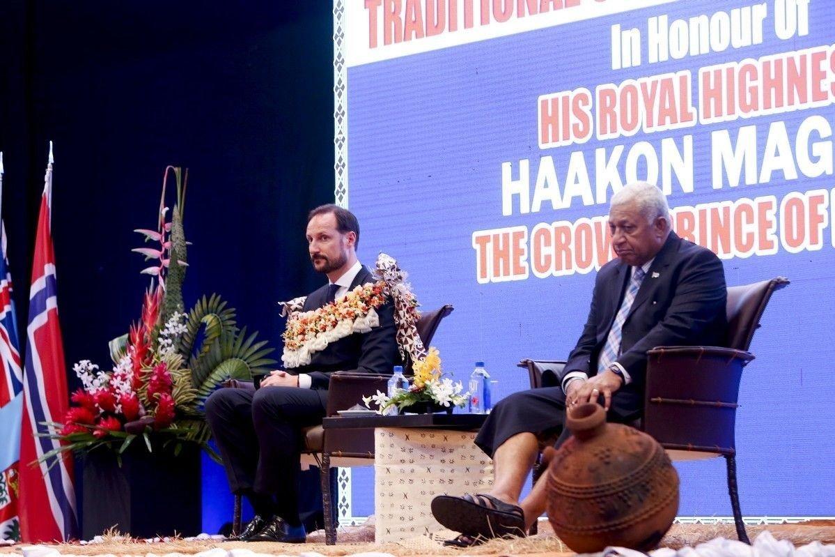 Kronprins Haakon sammen med Fijis statsminister Frank Bainimarama under velkomstseremonien på Grand Pacific Hotel i Suva 8. april 2019.