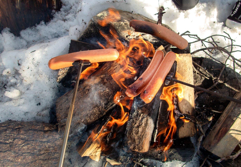 GRILLING: Mange liker å tenne bål og grille maten i påsken, men i områder hvor det er skogbrannfare bør du være ekstra forsiktig.