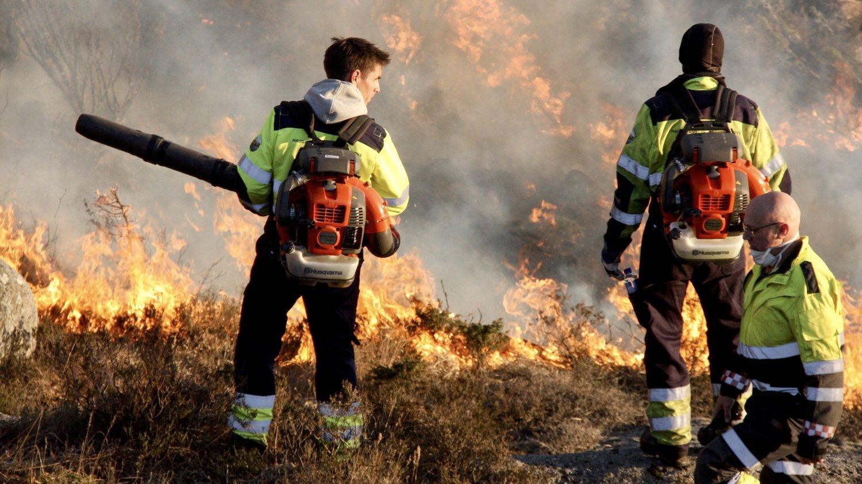 Gressbrann i Tysvær lørdag kveld. Brannen ble slokket søndag formiddag. Foto: Tor André Johannessen / NTB scanpix