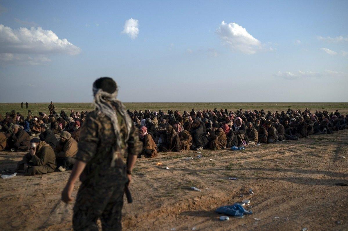 SDF-styrkene står ved IS-krigere som har flyktet fra Baghouz, øst i Syria.