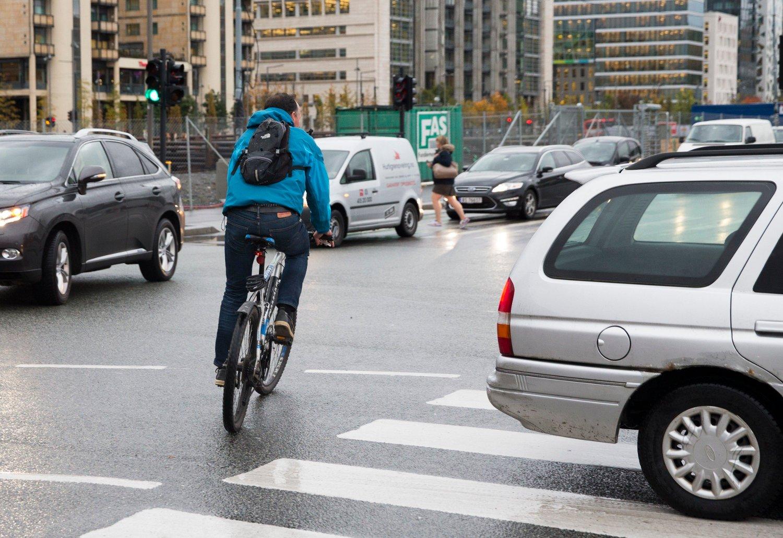 Syklistene må bort fra fortauene, anbefaler ny TØI-rapport.