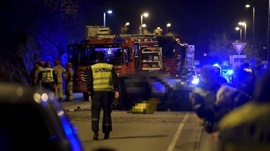 Seks personer i aldersgruppen 17-21 år var involvert i en trafikkulykke ved Tertneskrysset i Åsane søndag kveld. Én av dem omkom.Politiet sperret av et større område rundt ulykkesstedet.