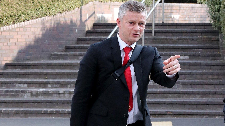 TAR GREP: Ifølge avisen The Independent er Ole Gunnar Solskjær bekymret for Manchester Uniteds sviktende form. Her er nordmannen på Manchester Airport mandag morgen.