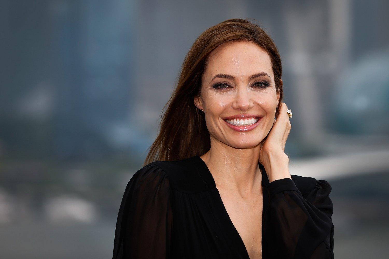 SKIFTER NAVN: Skilsmissen fra Brad Pitt er offisiell og Angelina Jolie kvitter seg med eks-mannens etternavn.
