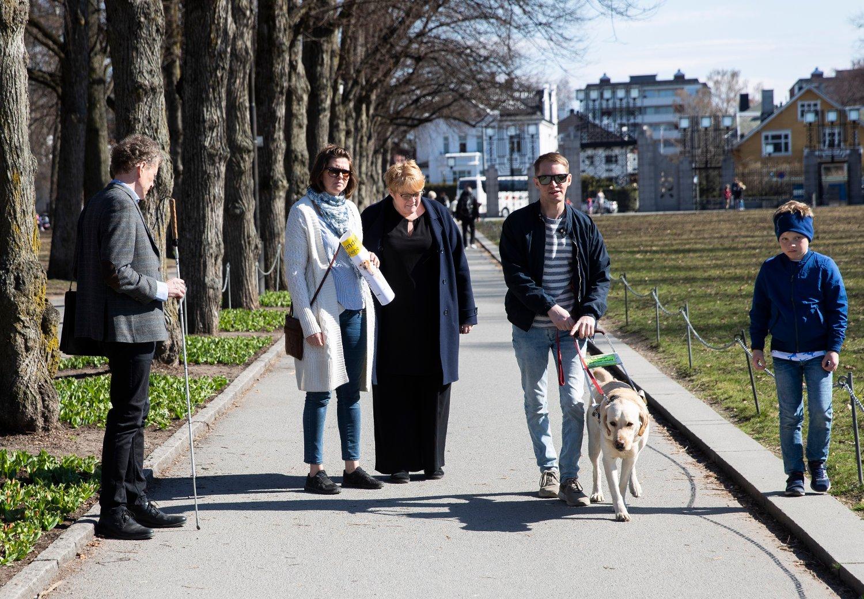 Kulturminister Trine Skei Grande markerer førerhundens dag i Frognerparken. Fra venstre: Sverre Fuglerød, Anne-Birthe Dahl, Trine Skei Grande, Jon Ivar Dypedale og Linus (som Grande er tante til). Foto: Berit Roald / NTB scanpix