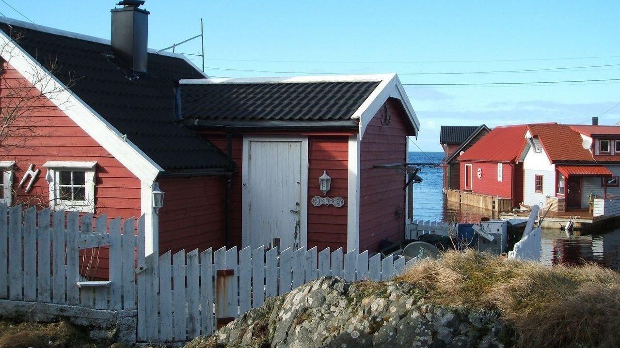 TIL SALGS: Denne hytta i Rognaldsvåg i Sogn og Fjordane med tilhørende naust ligger ute med prisantydning på 250.000 kroner.