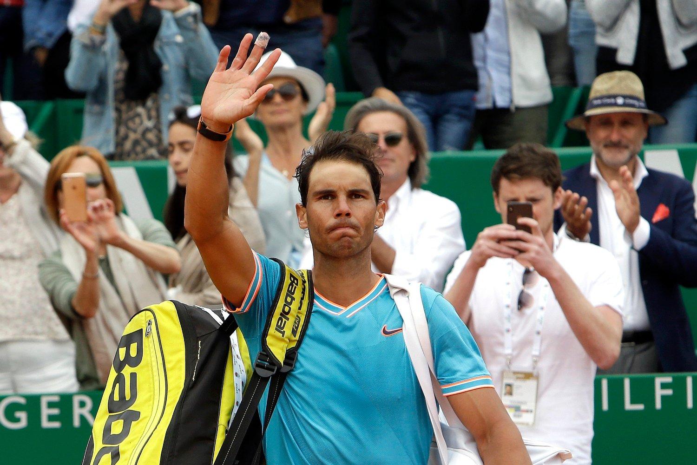 Rafael Nadal vinker til publikum etter sjokktapet i semifinalen i Monte Carlo Masters. Foto: Claude Paris / AP / NTB scanpix