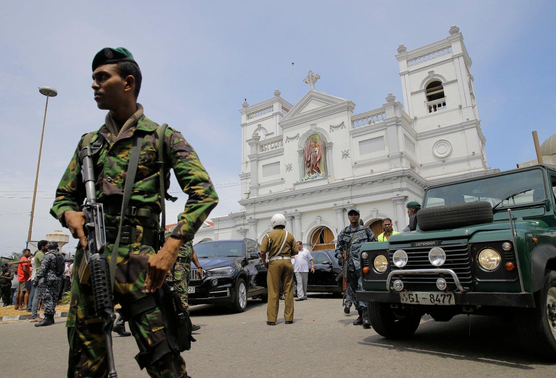 Soldater sikrer området rundt St. Anthony's Shrine i hovedstaden Colombo. Foto: AP / NTB scanpix