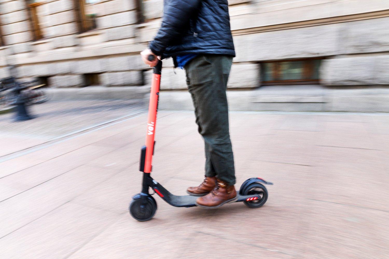 Hvor lenge varer hjulene på en el-sparkesykkel for utleie? Det svenske selskapet Voi avviser at levetiden er så kort som 2-3 måneder.