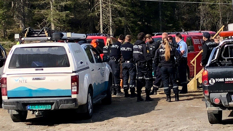SAMLET TROPPENE: 11 politibetjenter fra Namsos og Steinkjer ble torsdag sendt til skogs for å passe på 14 demonstranter som i en måned har vist sin motstand mot utbygginga på Sørmarkfjellet i Flatanger kommune.