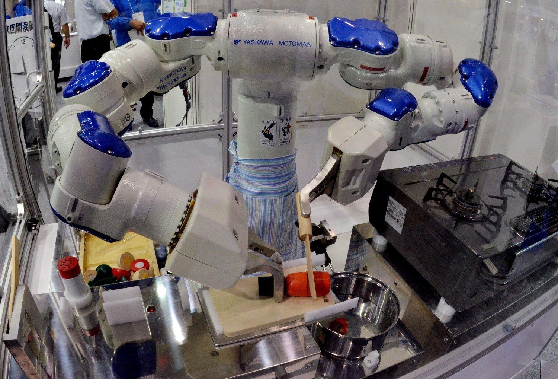 Den Japanske roboten Motoman lager mat på International Food Machinery and Technology Exhibition i Tokyo. Nå spås det at roboter også tar over jobbene til norske kokker.
