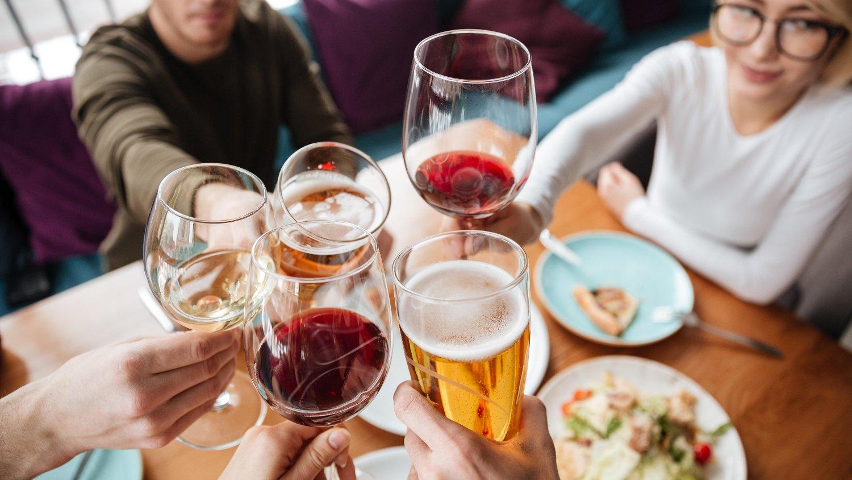 USUNT: De aller fleste er klar over at alkohol er usunt for kroppen. En ny studie viser at farene ved alkohol kan være større enn man tror.