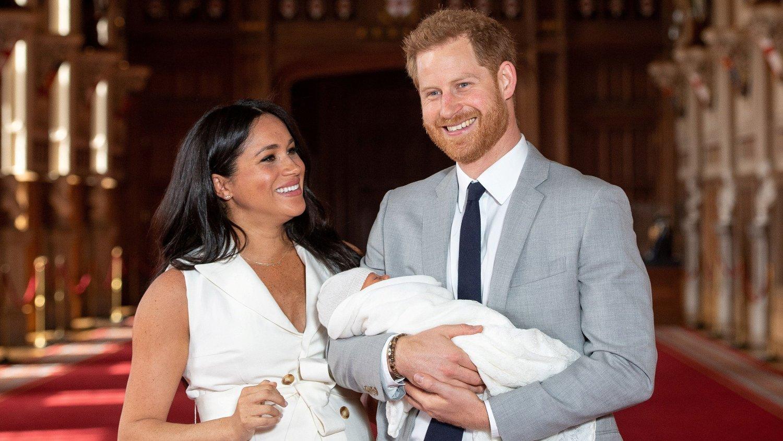 FØRSTE MORSDAG: Søndag kunne hertuginne Meghan feire morsdag for aller første gang. Her sammen med sin nyfødte sønn, Archie, og ektemannen prins Harry.